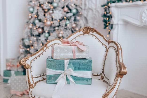 Elegante albero di natale con regali e una poltrona vintage
