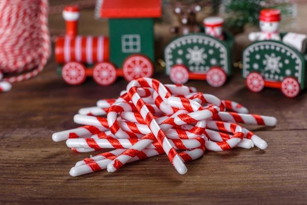 Elementi natalizi di decorazioni per decorare l'albero di capodanno