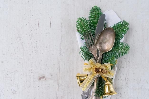 Tavolo di legno vuoto di natale con coltello, forchetta e cucchiaio da vicino