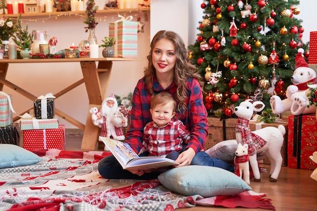 Famiglia di natale mamma e figlio. ritratto di buon natale e buone feste.
