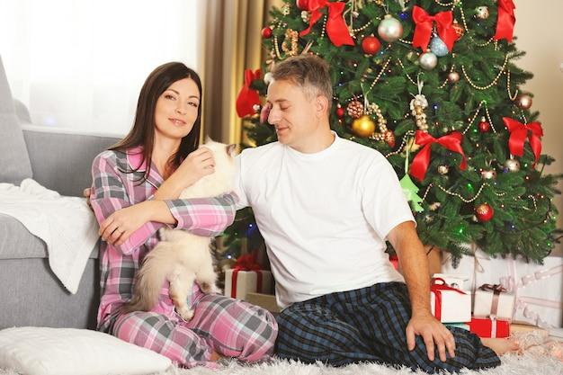 Ritratto di famiglia di natale nel soggiorno di casa per le vacanze al mattino
