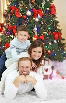 Ritratto di famiglia di natale nel soggiorno delle vacanze di casa
