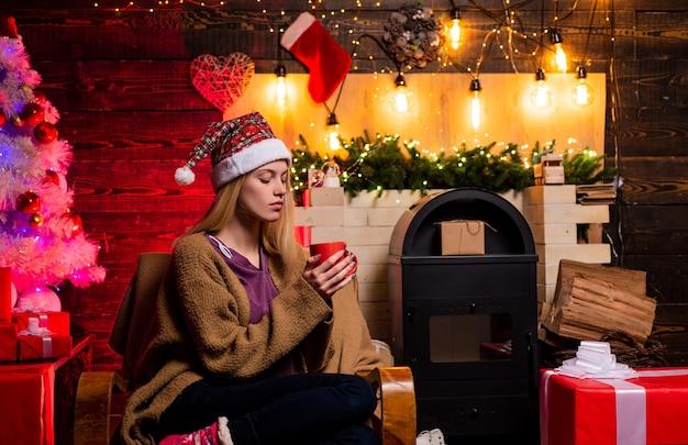 Natale casa di moda atmosfera natalizia bella donna con clausola di babbo natale ritratto di un giovane sorridente...