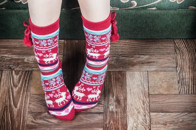 Gambe femminili di natale in calze