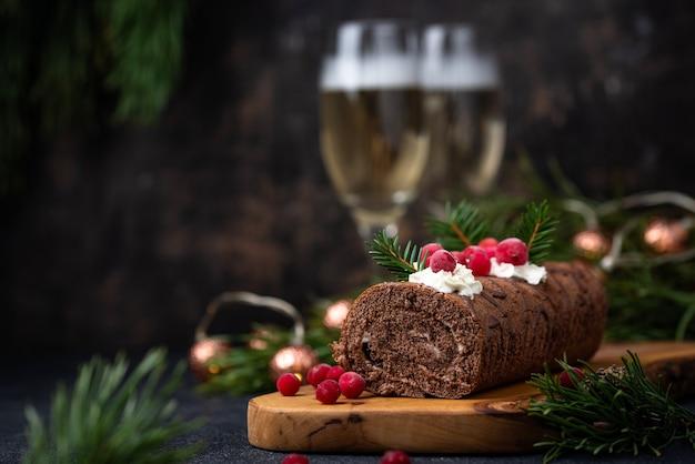 Torta natalizia al cioccolato con panna