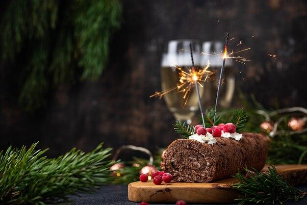 Torta di natale festosa rotolo di cioccolato con sparkler