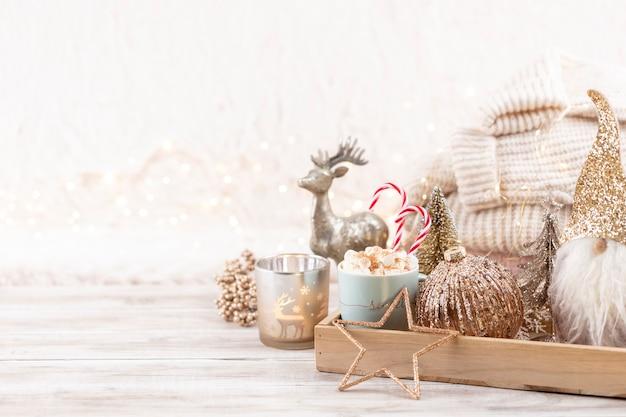 Natale festoso arredamento accogliente natura morta su sfondo di legno, concetto di comfort domestico e vacanza.