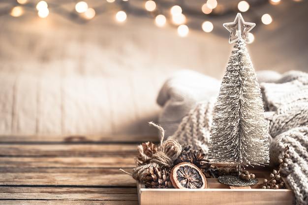 Natura morta festiva della decorazione di natale sulla parete di legno