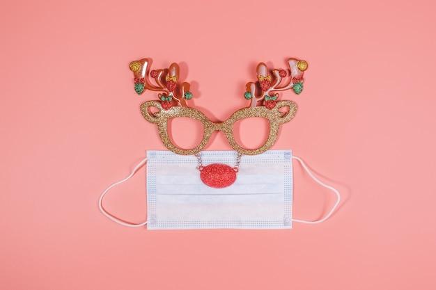 Renna di decorazioni festive di natale e mascherina medica