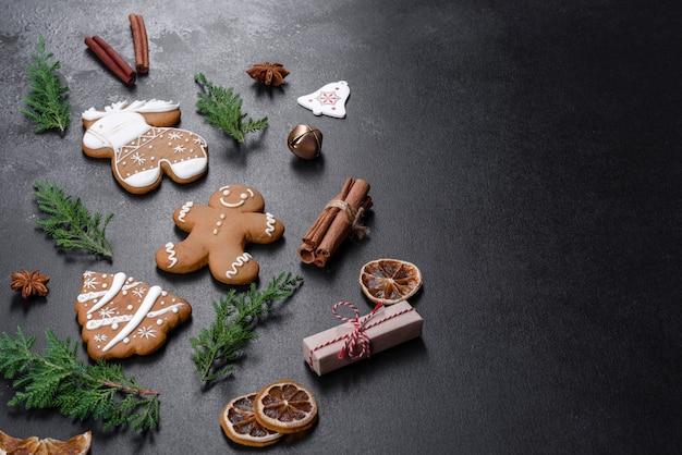 Pan di zenzero festivo di natale fatto a casa su un tavolo scuro