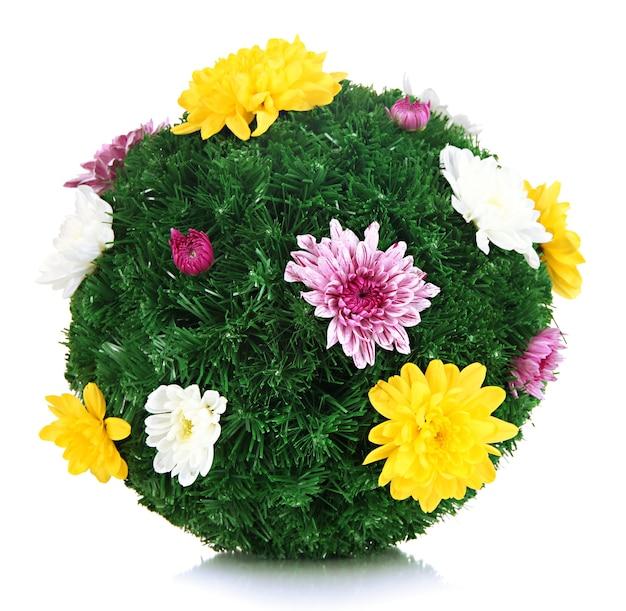 Palla di abete di natale decorata con fiori isolati su bianco