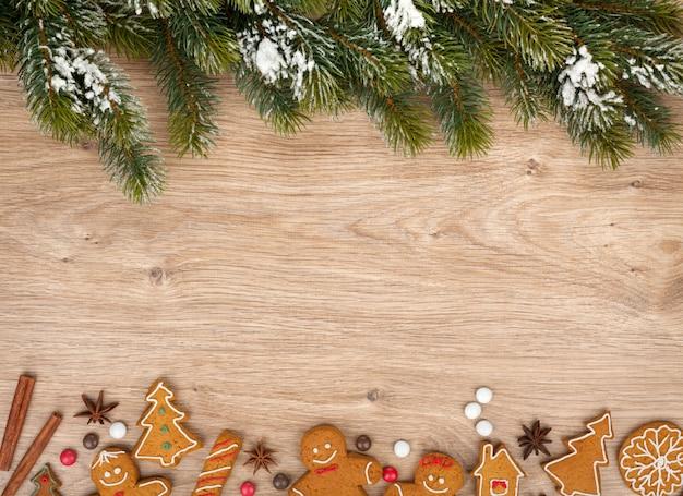 Abete di natale e biscotti di pan di zenzero su tavola di legno