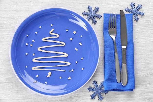 Abete di natale a base di maionese, su piatto, primo piano