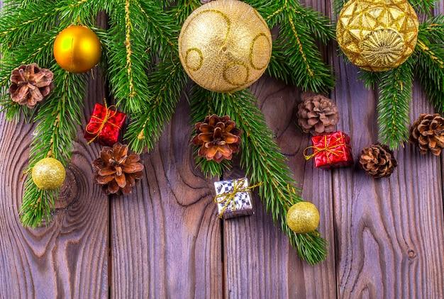 Abete di natale con decorazione su tavola di legno