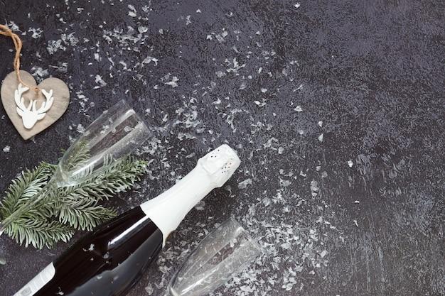 Piatto di natale con bicchieri di champagne e neve
