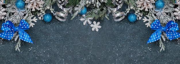 Piatto di natale laici con ramoscelli di abete rosso sulla neve