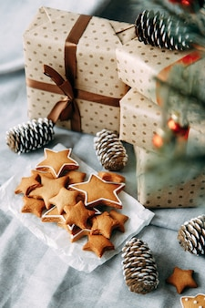Layout flatley natalizio con biscotti e un albero di natale composizione con biscotti allo zenzero