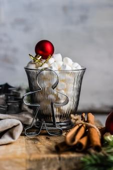 Concetto di carta di cibo di natale con un bicchiere pieno di marshmallow