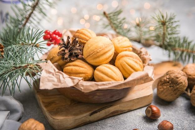 Cibo natalizio. biscotti di pasta frolla a forma di noci oreshki con caramello.