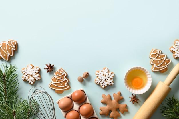 Cornice di natale di biscotti di panpepato con ingredienti per cucinare