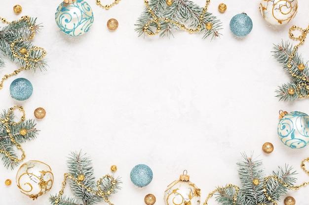 Cornice di natale su sfondo bianco vacanza con decorazioni, copia spazio.
