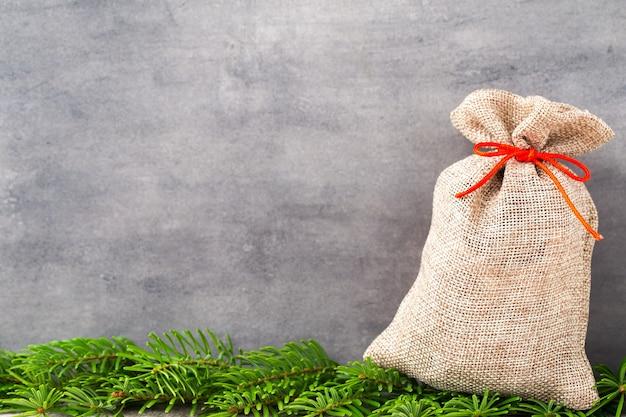 Gard di natale. sacchetto regalo con tela. decorazione natalizia.