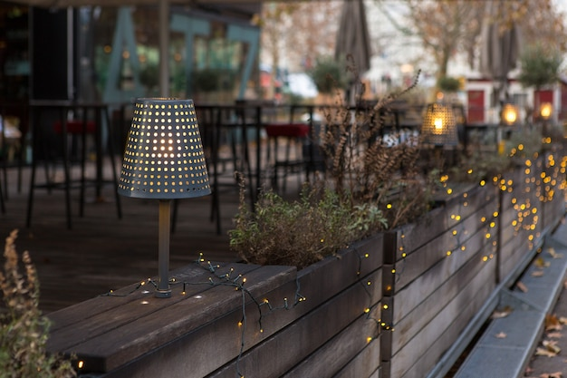 Ghirlanda di natale in terrazza. una lampada da sera illumina l'interno in legno.
