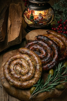 Salsicce tedesche di natale su una tavola di legno decorata