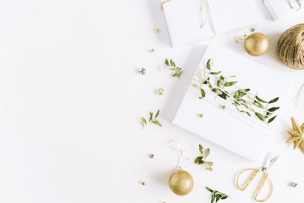 Confezione regalo e decorazioni natalizie. composizione di vacanza piatta, vista dall'alto