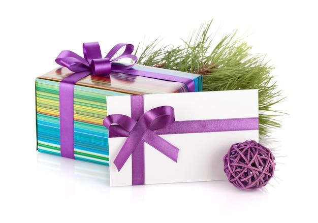 Confezione regalo di natale, lettera, abete e decorazioni. isolato su sfondo bianco