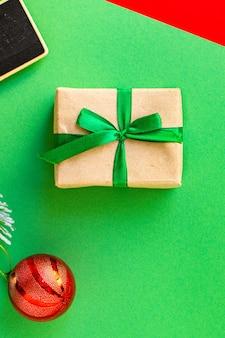 Confezione regalo di natale con elementi decorativi