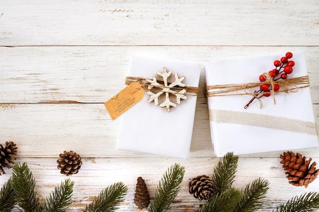 Confezione regalo di natale con etichetta di saluto