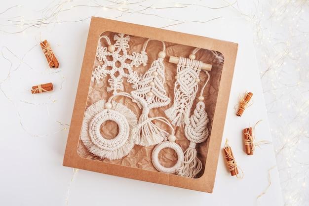Confezione regalo di natale con decoro macramè decorazioni natalizie eco decorazioni fatte a mano vacanze invernali