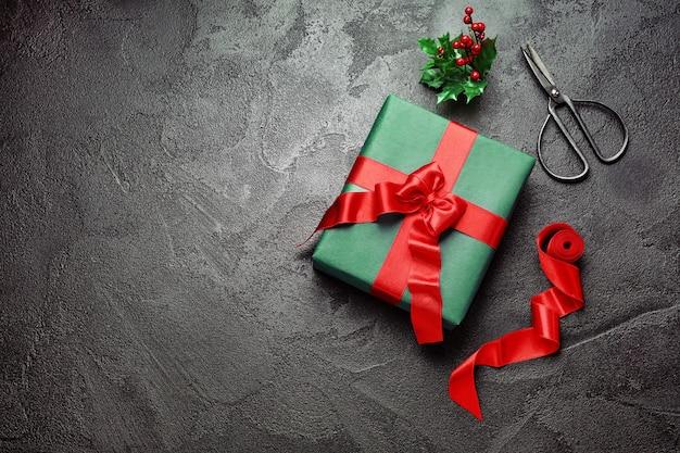 Confezione regalo di natale con forbici su oscurità
