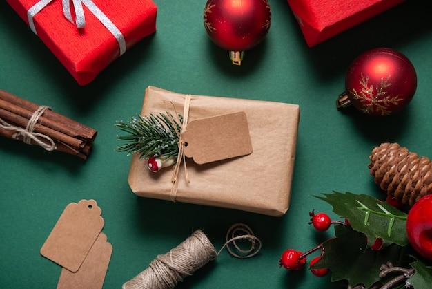 Confezione regalo di natale, avvolto, con etichetta marrone, biglietto di auguri