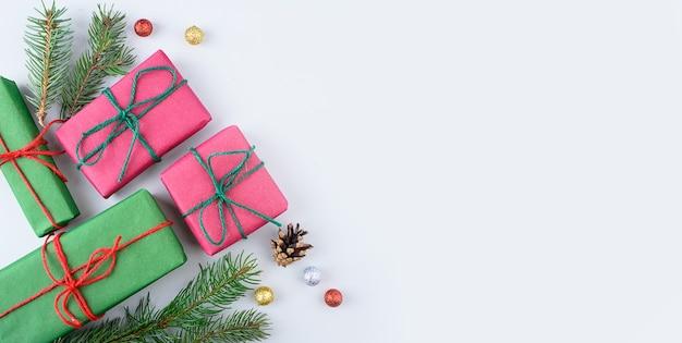 Collezione di scatole regalo di natale con albero di pino