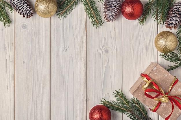 Contenitori di regalo di natale e albero di abete su fondo di legno
