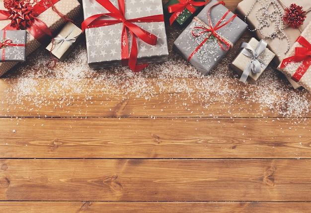 Natale, cornice di scatole regalo su legno