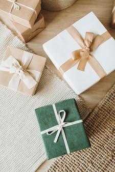 Scatole regalo di natale con fiocchi. vista piana laico e dall'alto