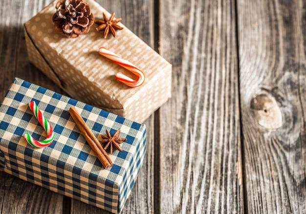 Contenitori di regalo di natale su fondo di legno, vacanze di natale di concetto