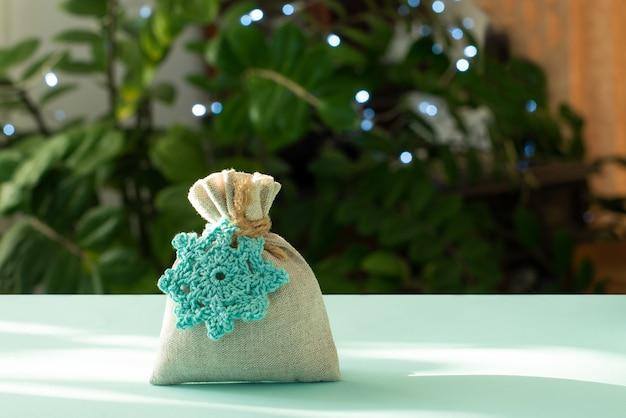 Regalo di natale. confezione in materiali eco-compatibili, tessuto furoshiki. bokeh, fuoco selettivo
