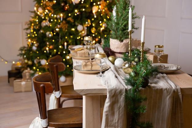 Regalo di natale confezionato in scatola e decorazione