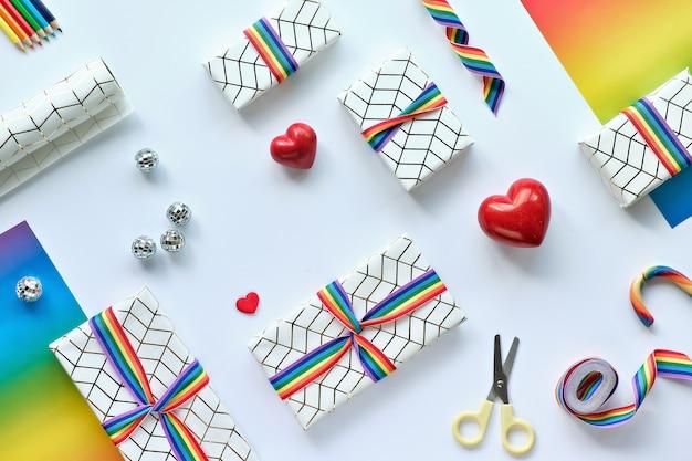 Regali di natale con nastro arcobaleno nel colore della bandiera della comunità lgbt.