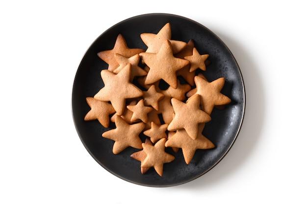 Biscotti di panpepato di natale come stelle isolate su bianco