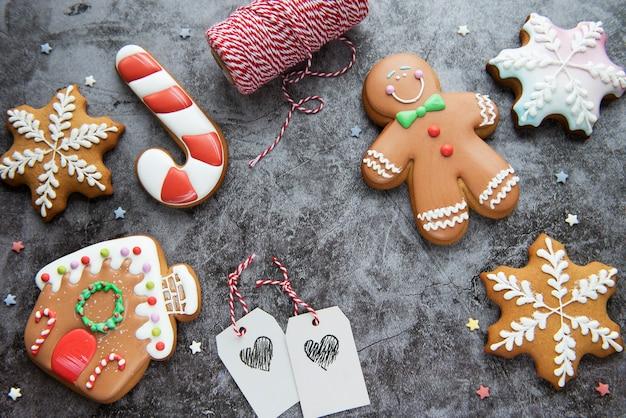 Biscotti di panpepato di natale su uno sfondo scuro. pan di zenzero di natale delizioso fatto in casa