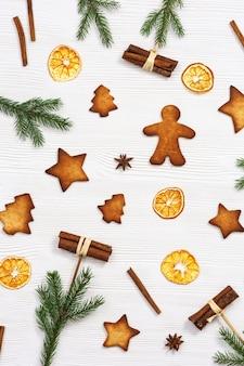Biscotti di panpepato natalizio, rami di pino e bastoncini di cannella