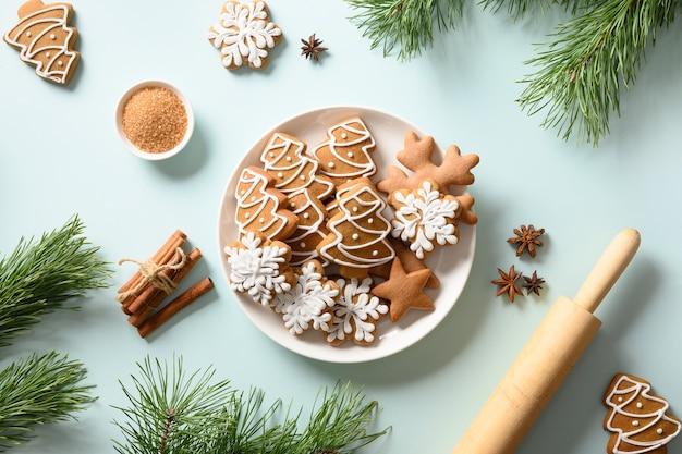 Biscotti del pan di zenzero di natale nel piatto