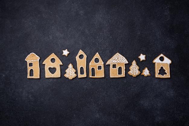 Biscotti di panpepato di natale a forma di case invernali