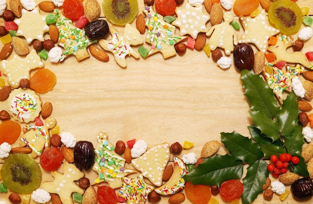 Biscotti di panpepato di natale con noci e frutta