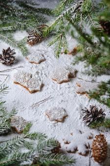 Biscotti di panpepato natalizio con spezie, decorati con motivi invernali. dessert nel bosco innevato.
